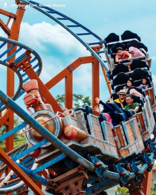 Thinking of doing something different than the usual outings with your loved ones? Head down to Jerudong Park Playground (@jerudongpark) and enjoy all kinds of thrill and fun rides for all ages, such as the waterpark or the Junior Coaster ride, or just take a stroll along the park's landscapes or have a picnic at the huge field!  The excitement will always be waiting for your arrival.  #discoverbrunei #selerabruneiku #travelgram #instatravel #travelasia #travelinspiration #travelphotography #travel #wanderlust #destinationearth #seetheworld
